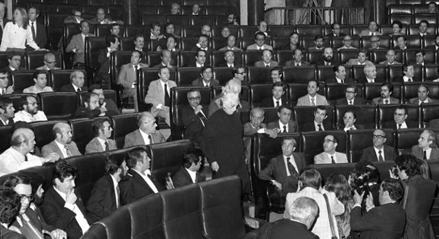 Con la Pasionaria, dirigiéndose a presidir la Mesa del Congreso (1977)