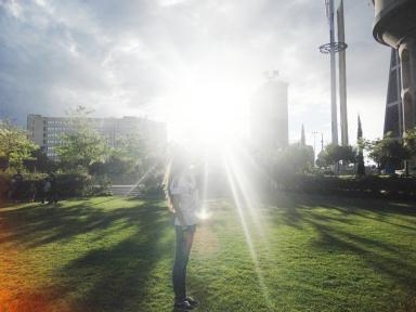 Cristina M. coge el sol con la mano, junto a Jihade F.