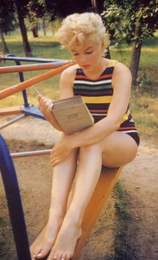 Marilyn es, desde luego, una mujer bellísima leyendo un libro, el Ulysses, nada menos.