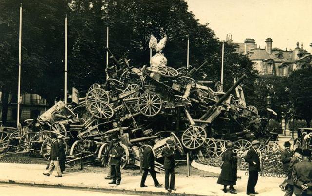 Montaña de cañones. Celebración de la victoria en los Campos Elíseos, 1919 (Fuente: Drake Goodman)