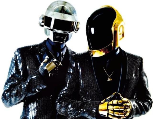 El dúo de música electrónica Daft Punk, formado por los músicos franceses Thomas Bangalter  y Guy-Manuel de Homem-Christo (DA.F.T. es la abreviación de Dogs, Androyds, Firemen and Tomatoes)