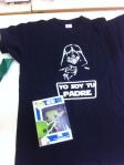 Muchas gracias, me encanta el Yoda al que se le mueve la cabeza; y la camiseta la estreno esta tarde. Y por la tarjeta, claro.