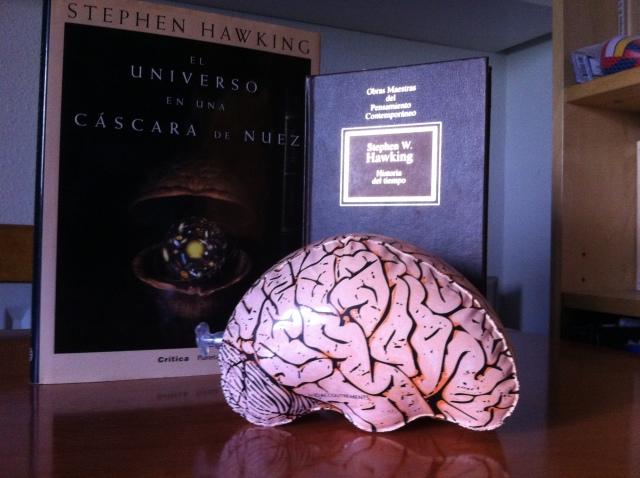Stephen Hawking es mucho más listo que Neuronez, el azafato que presenta sus imprescindibles libros de divulgación. Historia del tiempo es una joya
