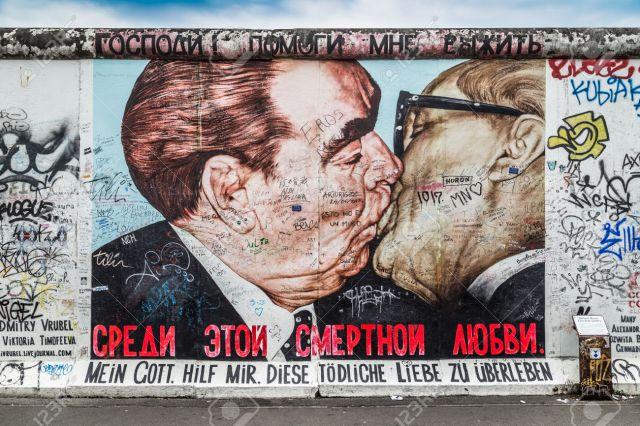 49069259-BERL-N-ALEMANIA-12-de-julio-Calle-pintura-graffiti-El-beso-de-Dmitri-Vrubel-en-el-famoso-East-Side-G-Foto-de-archivo.jpg